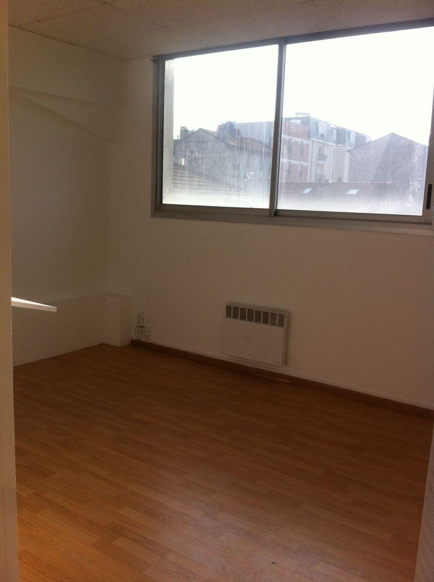 Idéalement situés à 100 mètres du Métro Stade 'ligne 8', a proximité des axes routiers comme l' A4, l' A86 ou encore le périphérique parisien. <BR/>Dans une petite copropriété au calme, bien entretenue, comprenant des bureaux et des logements d'habitation. <BR/>Bureaux de 33 m2, au 1er étage, au calme et lumineux, comprenant une entrée, deux pièces, une cuisine séparée et une salle d'eau avec WC. <BR/>Libre de suite <BR/> <BR/> <BR/>